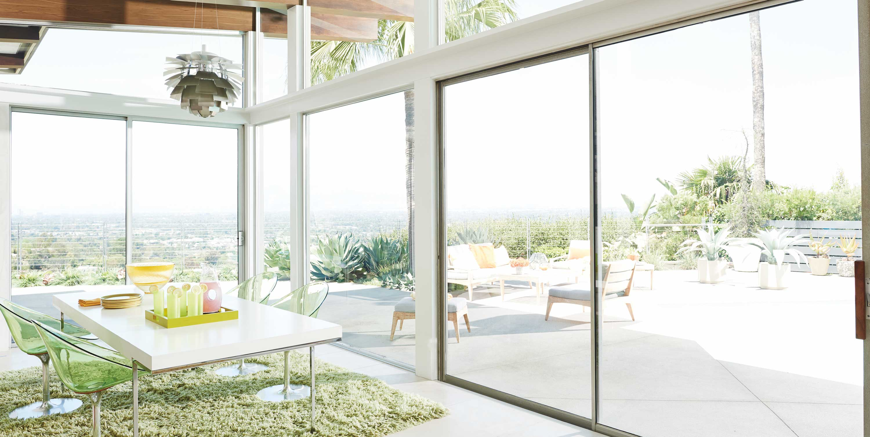 Windows and sliding glass door without Vignette.
